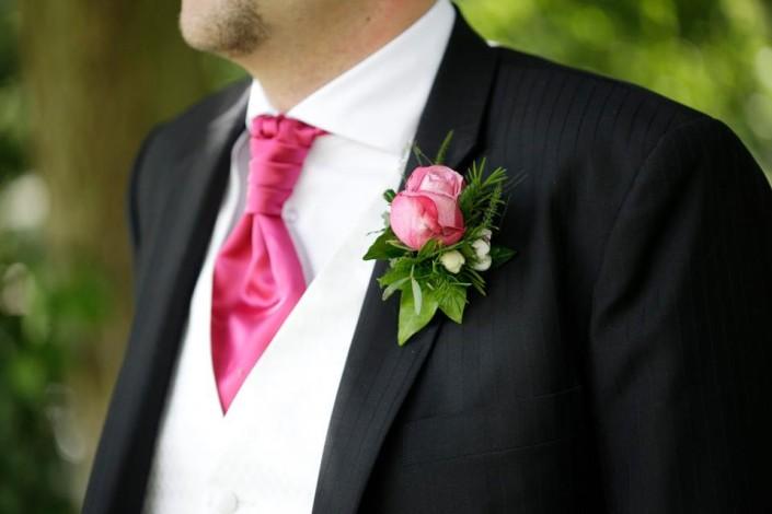 Hochzeitsanzug mit Krawatte und Ansteckblume