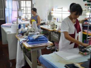 Mitarbeiterinnen in einer Hemdenschneiderei in Thailand