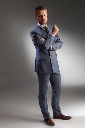 Außergewöhnlicher Anzug maßgeschneidert an Model