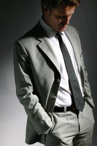 Maßanzug in Grau von TailormadeSuits an Model