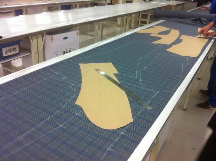 Zuschnitt im TailormadeSuits Atelier China