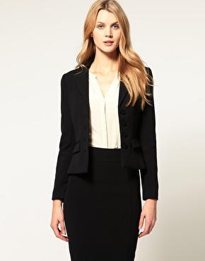 Schwarzes Business-Kostüm maßgeschneidert an Model
