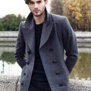 Maßgeschneiderter Mantel offen getragen an Model