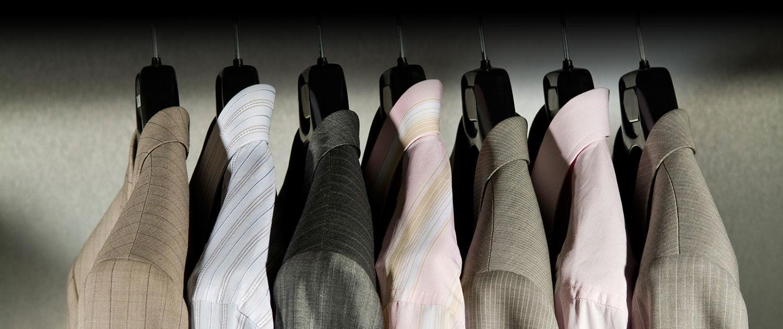 Maßgeschneiderte Herrenkleidung auf Bügeln