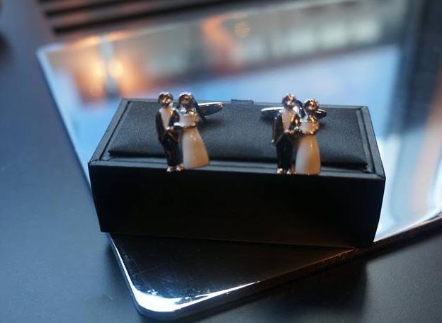 Manschettenknöpfe mit Brautpaar-Motiv bei TailormadeSuits in Köln