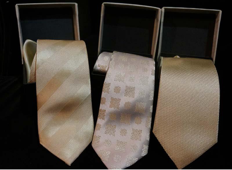 Drei Krawatten aufgerollt
