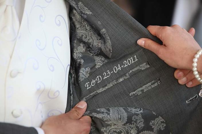 Hochzeitsanzug maßgeschneidert mit eingesticktem Hochzeitsdatum